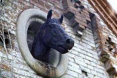 Трубетчино. Чугунное изображение лошади на фронтоне «троечной» конюшни. Фото А.Ю. Клокова. 1988 г.
