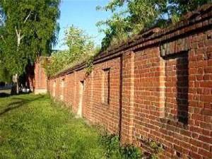 забор-стена высотой два с половиной метра.