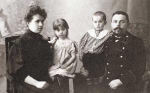 с мужем и старшими детьми Лидией и Николаем