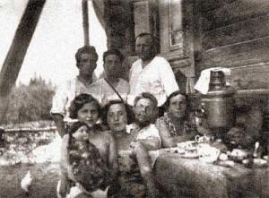 на фото – пос. Хотьково: В.Н., П.С. Масловы и некоторые члены семьи перед войной, 1941 г.
