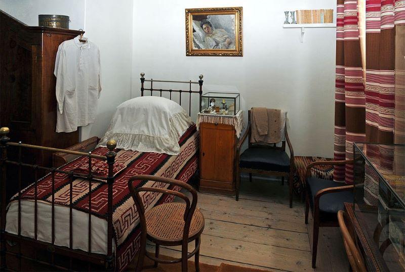 Спальня с портретом больной и лежащей в постели Татьяны Львовны работы художницы Ю.И. Игумновой