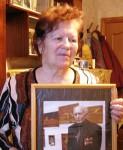 Татьяна Петровна Веселкова (Попова) с фотографией брата. 2007 год.