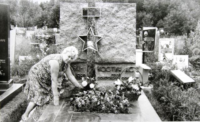 Вдова А.С. Костина на могиле мужа в Зеленограде