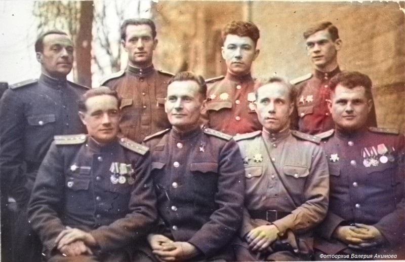 Герой Советского Союза А.С. Костин с однополчанами