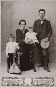 Купец Василий Павлович Стрельников с семьей (1903)