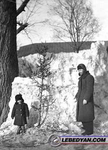 Н.А. Неронов с дочерью Тамарой у снежной крепости (1941 г.). Фото из семейного архива Т.Н. Нероновой. persona_53_8