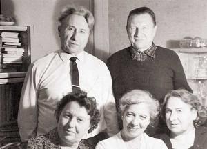 Семья Романовских: стоят – Николай и Вениамин (брат), сидят – Ксения (сестра), Мария (супруга), Ольга (сестра)