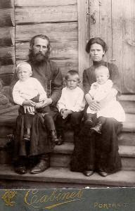 Диакон Николай Петров с семьей в селе Сычевка Козловского уезда, фото около 1914 г. из семейного архива