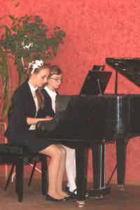 За фортепиано Валерия Морковина и Полина Дьяконова