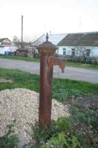 Старая колонка на одной из улиц поселка машзавода