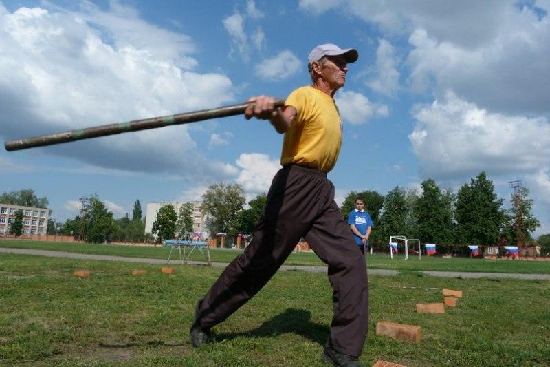 Виктор Николаевич Вышлов принимает участие в турнире по городошному спорту