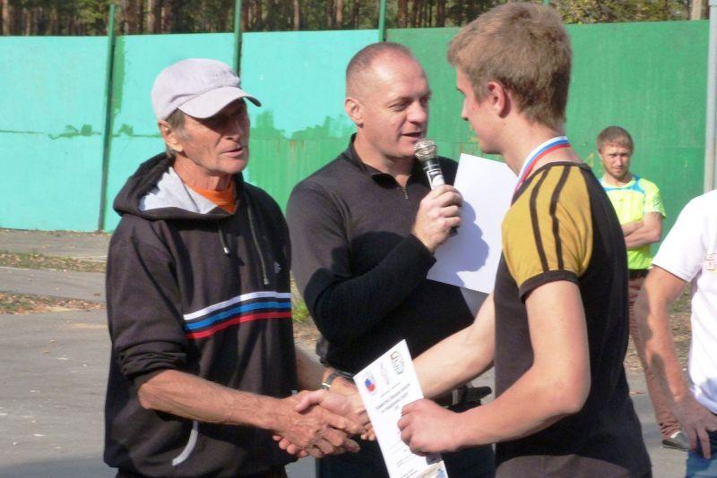 Самый техничный игрок турнира В.Н. Вышлов награждает победителя соревнований среди юношей - А.А. Зобнина из с. Замартынье.