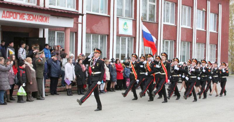 маршируют кадеты средней школы села Большое Попово Лебедянского района
