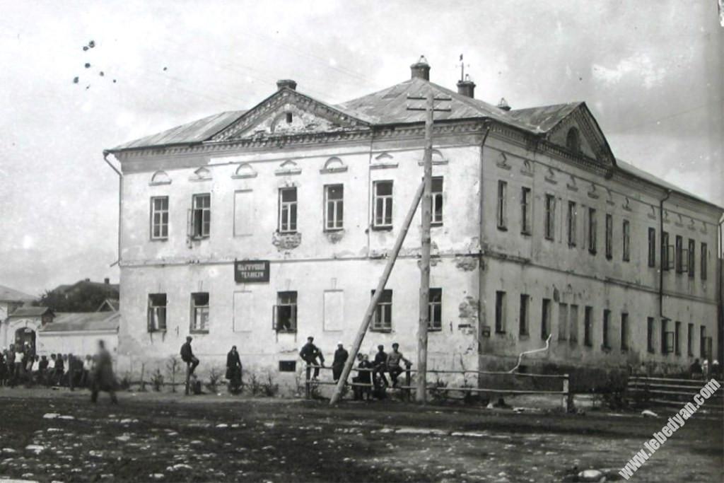 Уездное училище в городе Лебедянь Тамбовской губернии (фото 1920-х годов)