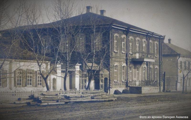 Женская гимназия в городе Лебедянь. Фото начала ХХ века.