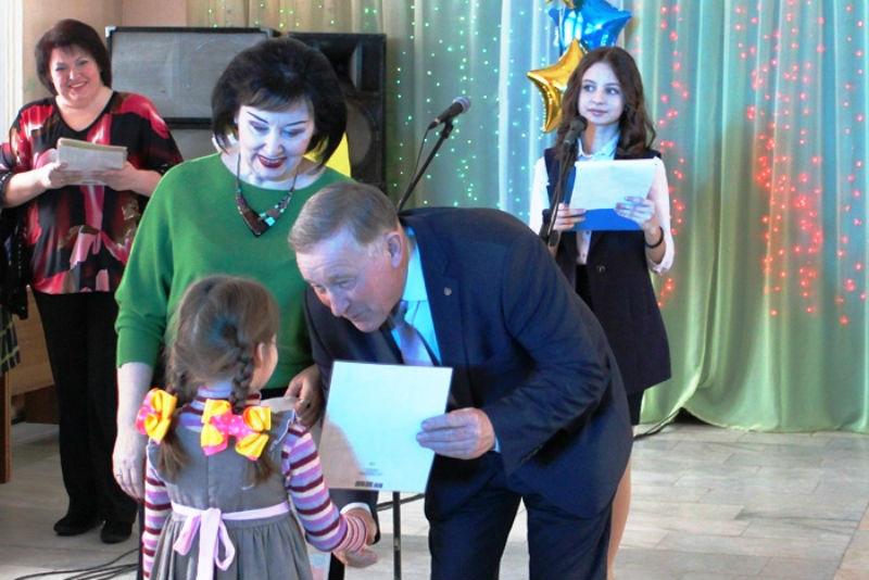 nagrazhdali_pobeditelei_novogodnih_konkursov