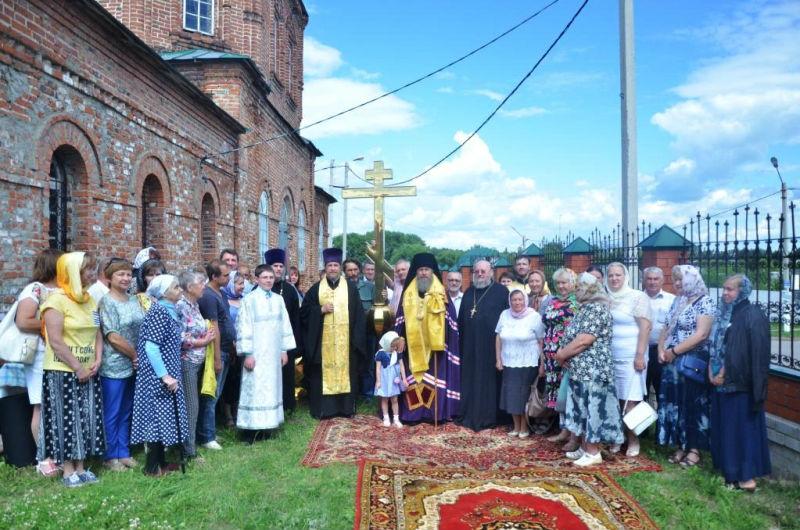 V_Lebedyani_episkop_Maksim_osvyatil_krest