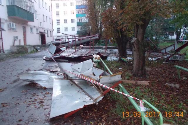v_lebedyani_uraganom_sneslo_kryshu