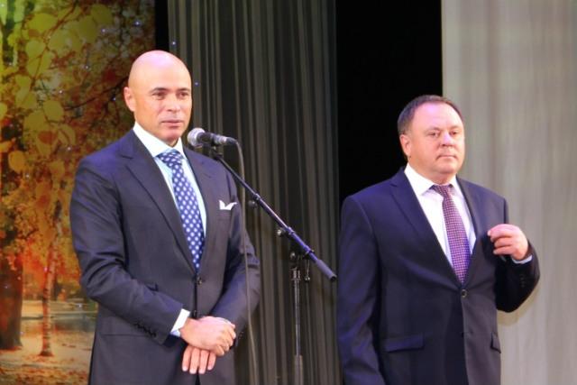 Губернатор Липецкой области Игорь Артамонов и Председатель областного совета Павел Путилин поздравляют учителей