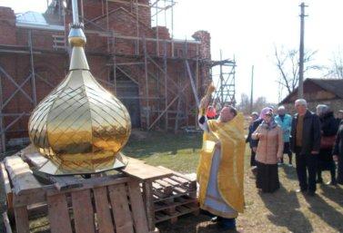 освещение и подъем креста на колокольню храма в селе Новое Ракитино