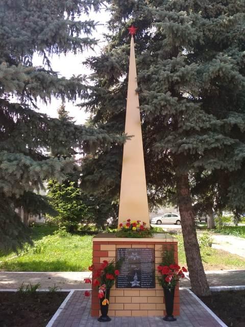 В Лебедяни обновили обелиск у здания педколледжа