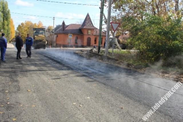 Укладка асфальта на улице Тургенева в Лебедяни