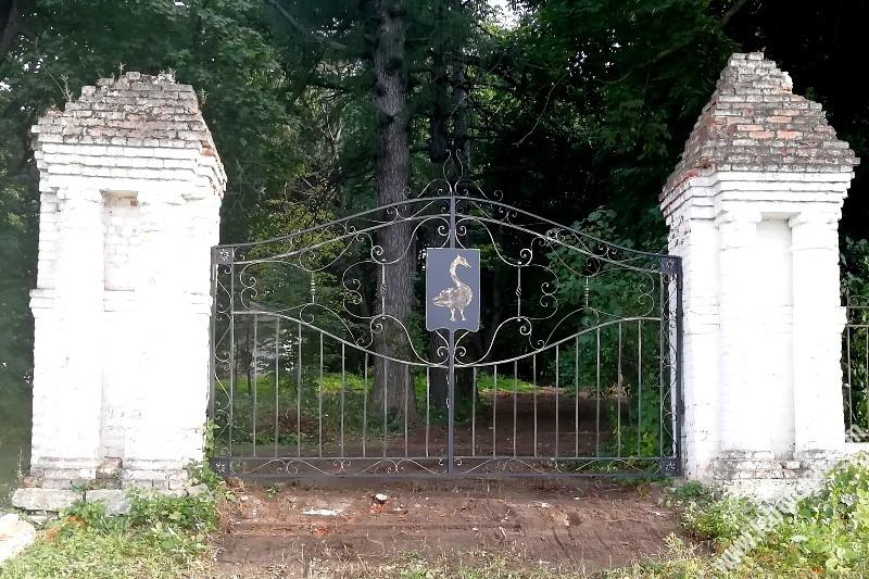 центральные ворота парка в Троекуров