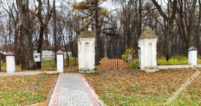 ворота усадьбы в Троекурово