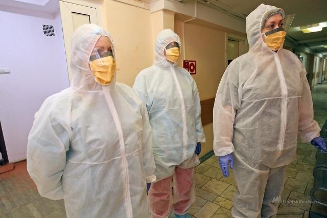 медработники в защитных костюмах
