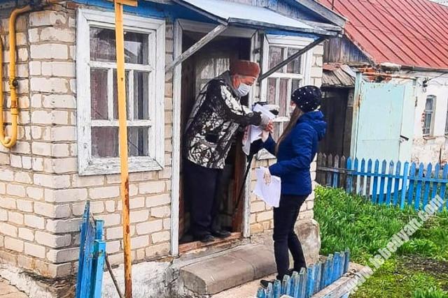 Волонтеры разносят листовки