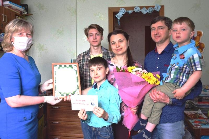 Семья Скуратовых-Дроновых принимает поздравления губернатора