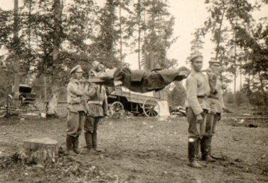Раненый на носилках. Первая мировая война