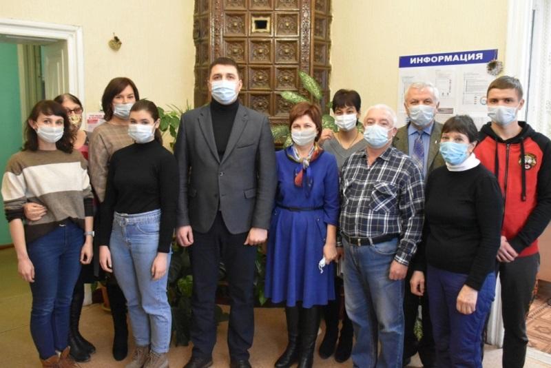 Глава района Роман Панфилов поздравляет лебедянских журналистов