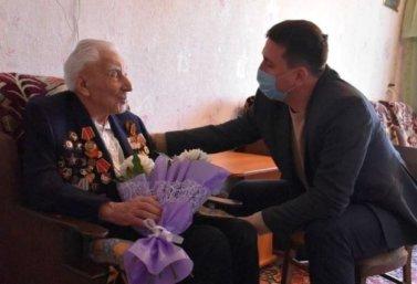 Роман Панфилов поздравил ветерана