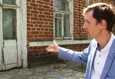 Валерий Акимов показывает лебедянские балконы
