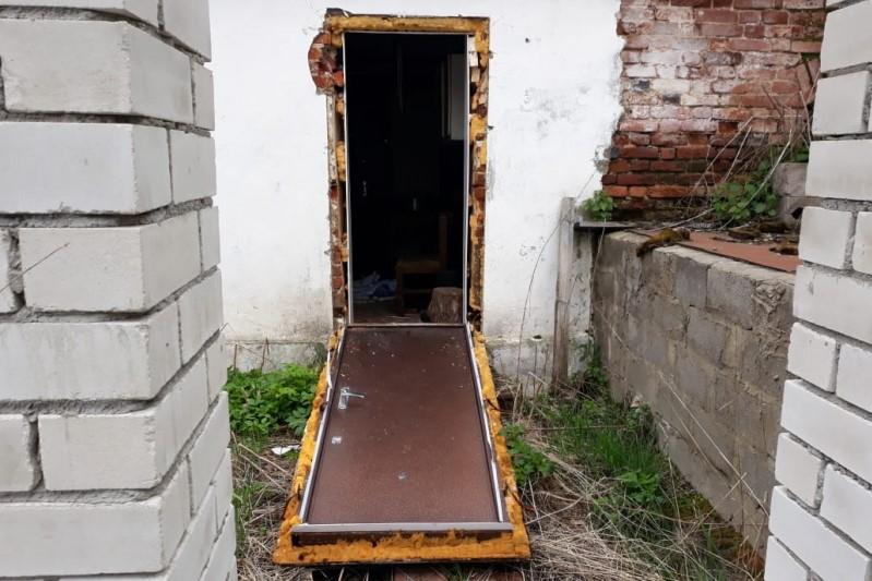 Вор выломал дверь