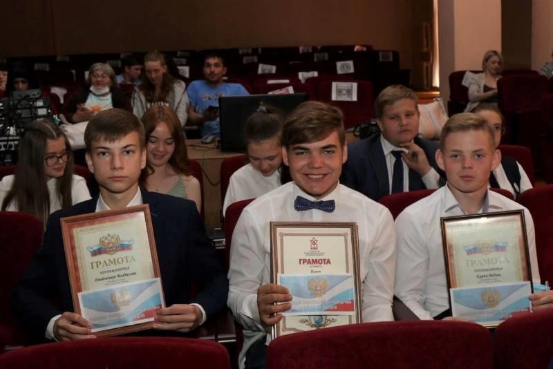 Николай Борцов вручил именные стипендии школьникам