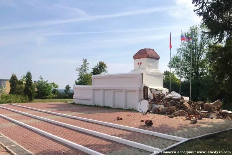 В Лебедяни демонтируют трибуну-пьедестал на площади Ленина