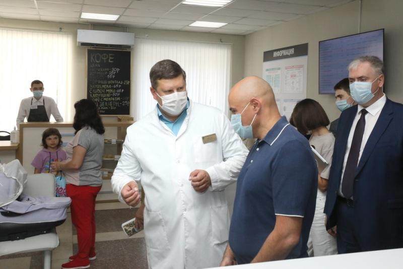 Губернатор Игорь Артамонов и главврач Алексей Байцуров